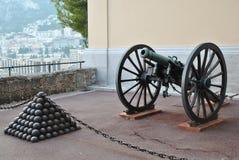 Pyramiden von Kanonenkugeln und von Kanone nahe Prinzen Palace in Monaco Stockfoto