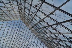 Pyramidenmetall und Glasaufbau stockfotografie