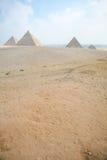 Pyramider av Giza på den KairoEgypten lodlinjen Royaltyfri Bild
