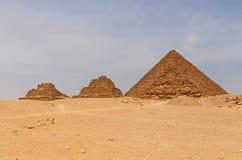 Pyramider av Queens framme av pyramiden av Menkaure Arkivbild