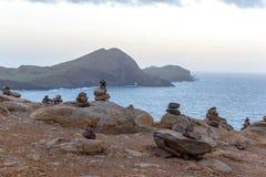 Pyramider av stenar på ön av madeiran, udde San Lorenzo Royaltyfri Bild