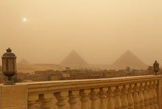 Pyramider i Giza på den sandiga stormen Arkivfoto