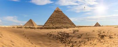 Pyramiderna av Egypten i öknen, panorama fotografering för bildbyråer
