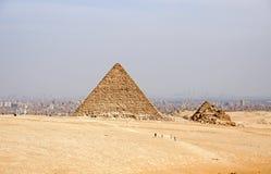 Pyramides égyptiennes antiques de Gizeh contre le ciel arénacé Images stock