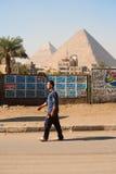 Pyramides de marche de Giza d'homme égyptien Image stock