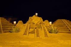 Pyramides de sable à la plage images libres de droits
