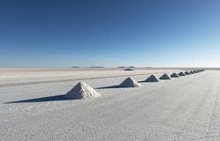 Pyramides de sel dans l'appartement de sel d'Uyuni, Bolivie photo stock
