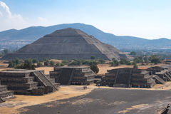 Pyramides de Teotihuacan Photographie stock