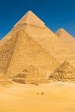 Pyramides de touristes Egypte de Giza de base de chameau d'équitation Photographie stock libre de droits