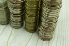 Pyramides des pièces d'or et en argent Beaucoup de roubles russes Foyer sélectif toned Image stock