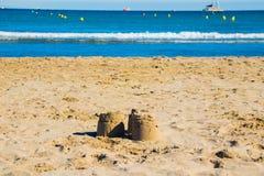 Pyramides du sable sur la plage image libre de droits