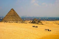 Pyramides et caravane, Egypte Photographie stock libre de droits
