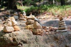 Pyramides et les gens des pierres dans la réservation Hrensko, République Tchèque Trolls et chedo La Suisse tchèque bohemia Porte photos stock