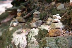 Pyramides et les gens des pierres dans la réservation Hrensko, République Tchèque Trolls et chedo La Suisse tchèque bohemia Porte images stock