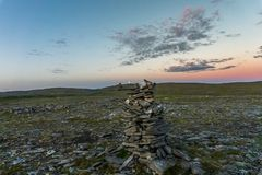 Pyramides faites de pierres, l'île de Mageroya, Norvège Image stock
