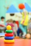 Pyramidespielzeugstandplatz am Tisch im Kindergarten stockbild