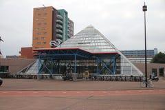 Pyramidform av den underjordiska stationen av staden i Rijswijk, Nederländerna royaltyfri foto