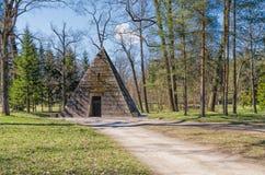 Pyramidpaviljongen i Catherine Park i Tsarskoye Selo Royaltyfria Foton