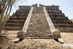 Pyramidtrappa som flankeras av sned ormar Royaltyfri Fotografi