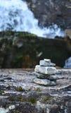 Pyramyd del simbolo delle pietre di fede nel miracolo e dell'adempimento dei desideri fotografia stock libera da diritti