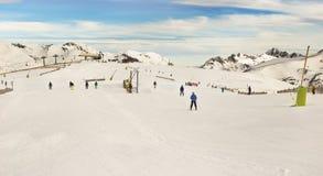 PYRENÄEN, ANDORRA - 10. FEBRUAR 2017: Unbekannte Skifahrer auf einem alpi Lizenzfreie Stockfotos