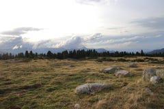 Pyrenean landskap och dramatisk himmel i Occitanie Arkivbilder