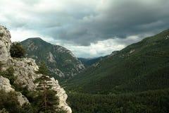 Pyrenean landskap och stormig himmel i Occitania Arkivbild