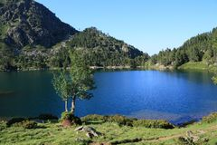 Pyrenean See von Balbonne in Ariège stockbilder