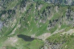 Pyrenean sjö i Ariège Arkivfoton