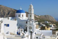 东正教和钟楼在Pyrgos,圣托里尼,希腊 免版税库存照片