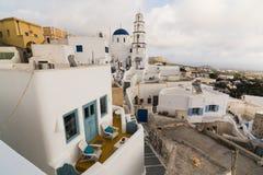 PYRGOS, GRECIA - MAYO DE 2018: Vista de la iglesia ortodoxa y del campanario en el centro de ciudad de Pyrgos, isla de Santorini, Fotografía de archivo
