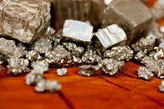 Pyrit - dum guld för ` s - på den wood trädstubben Royaltyfri Bild
