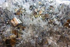 Pyrit und andere Kristalle belichtet mit monocromatic Licht Lizenzfreies Stockbild