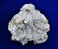 Pyrite avec le quartz blanc Photographie stock libre de droits