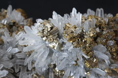 Pyrite sur le quartz Photo stock