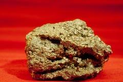 Pyritironsulfiden bedrar den guld- mineraliska kristallen vaggar Arkivfoton