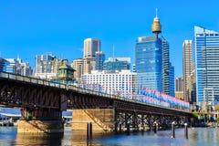 Pyrmont bro över Darling Harbour, Sydney, Australien royaltyfri fotografi