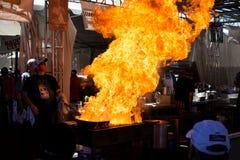 Pyro Chef Flame-Ups auf feinschmeckerischer Gasse Lizenzfreie Stockfotografie