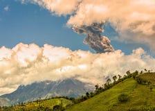 Pyroclastic explosion över den Tungurahua vulkan Arkivfoto