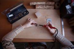 Pyrography εργαστήριο από το redhead κορίτσι Στοκ Εικόνες