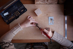 Pyrography workshop door roodharigemeisje Stock Foto's