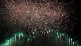 Pyrotechnic show för fantastiskt fyrverkeri arkivfilmer