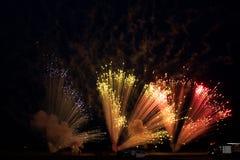 Pyrotechnie de feux d'artifice dans le ciel image libre de droits