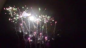 Pyrotechnie de la estratagema del feu de los fuegos artificiales almacen de metraje de vídeo