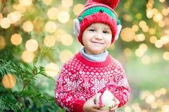 Pys, i att vänta på för tröja och för hatt jul i trät arkivfoto