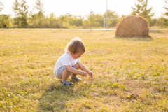 Pys i bygden Litet barn som spelar aktiva lekar utomhus Barndom som är bekymmerslös, barns lekar, pojke som är ny Arkivbilder