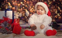 Pys i hatt för juljultomten` s Arkivfoto