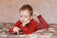 Pys i hemtrevlig pyjamas Royaltyfri Fotografi