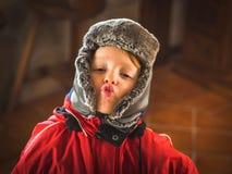 Pys i snowsuiten som gör roliga uttryck royaltyfria foton