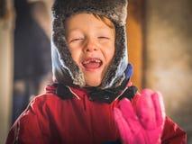 Pys i snowsuiten som gör roliga uttryck royaltyfri bild